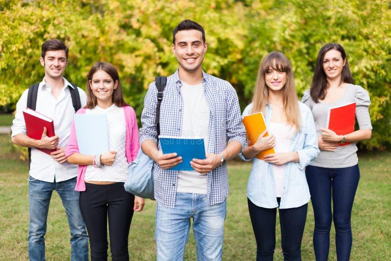 Grupo de estudiantes sonrientes foto de archivo libre de regalías