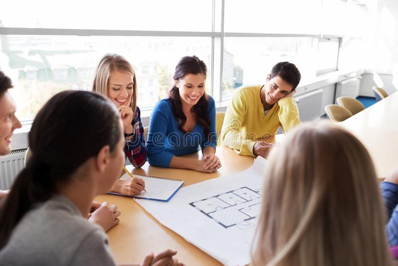 Grupo de estudiantes sonrientes con el modelo fotos de archivo libres de regalías