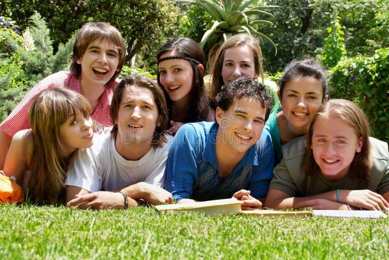 Grupo de estudiantes universitarios imágenes de archivo libres de regalías