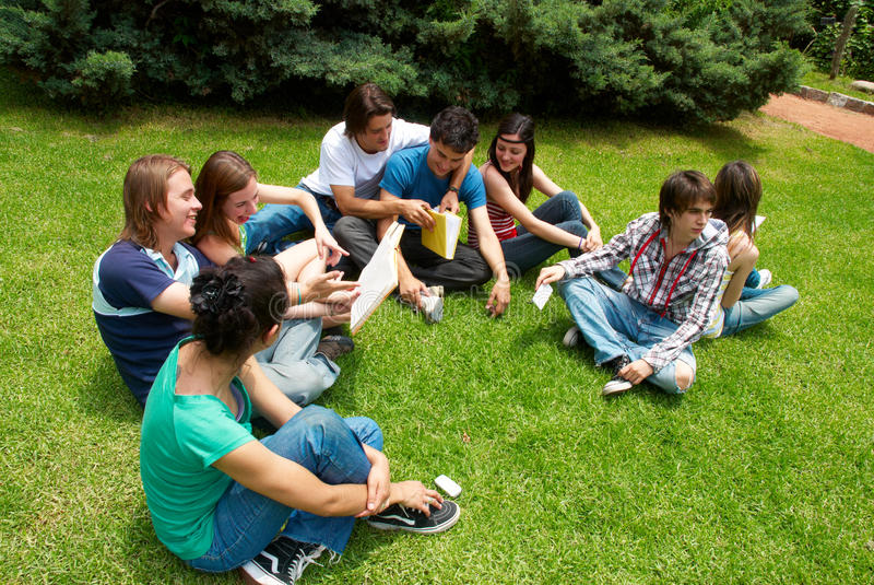 Grupo de estudiantes universitarios imagenes de archivo