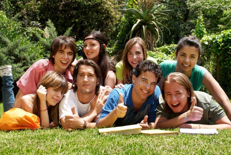 Grupo de estudiantes universitarios al aire libre fotos de archivo