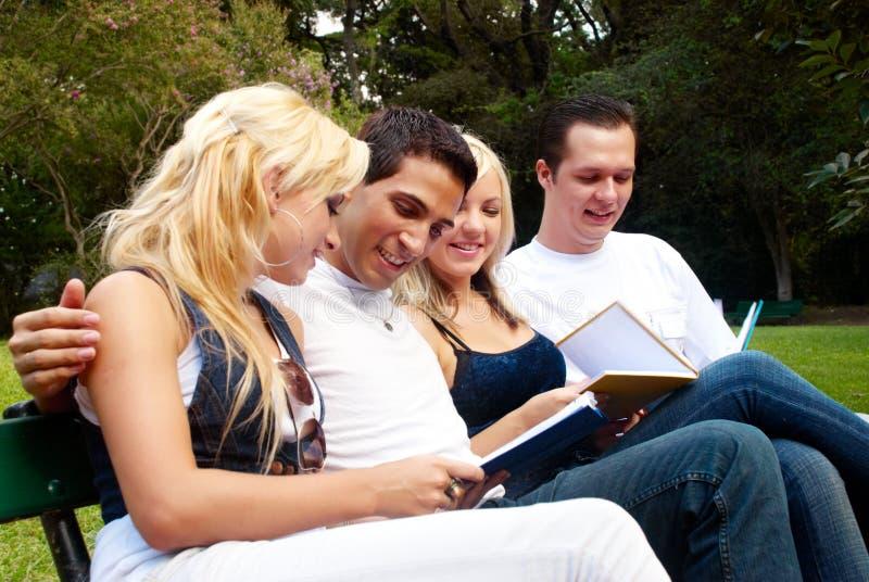 Grupo de estudiantes universitarios al aire libre fotos de archivo libres de regalías