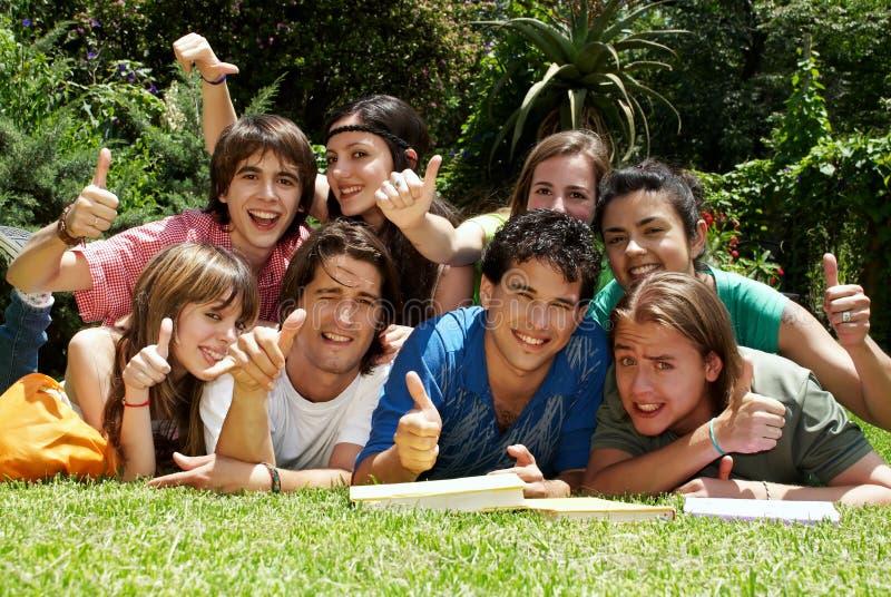 Grupo de estudiantes universitarios al aire libre fotografía de archivo