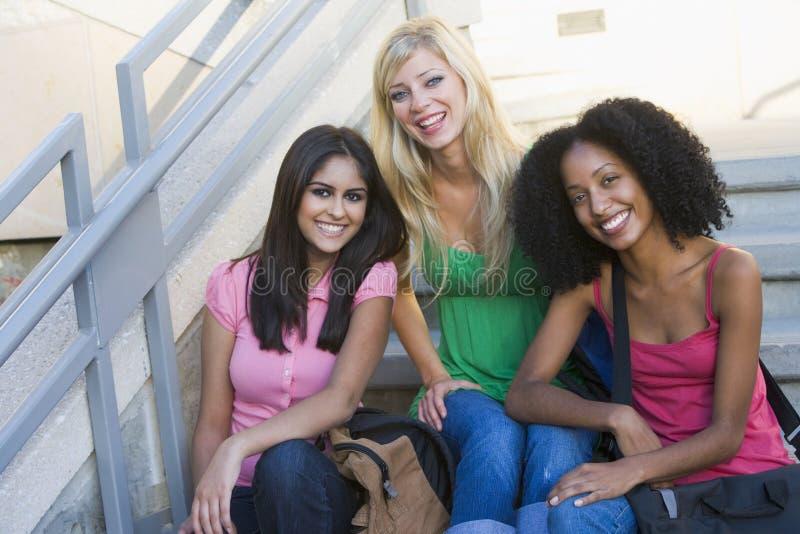 Grupo de estudiantes universitarios de sexo femenino en pasos de progresión imagenes de archivo