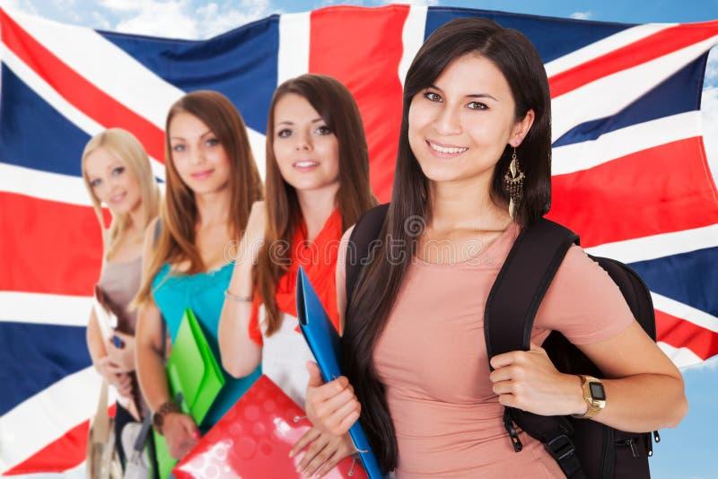 Grupo de estudiantes universitarios felices imagen de archivo
