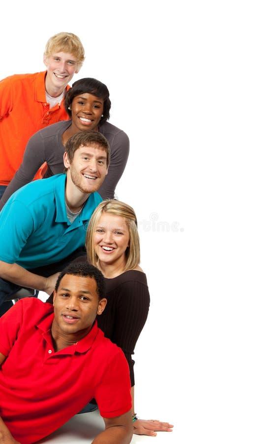 Grupo de estudiantes universitarios multirraciales foto de archivo