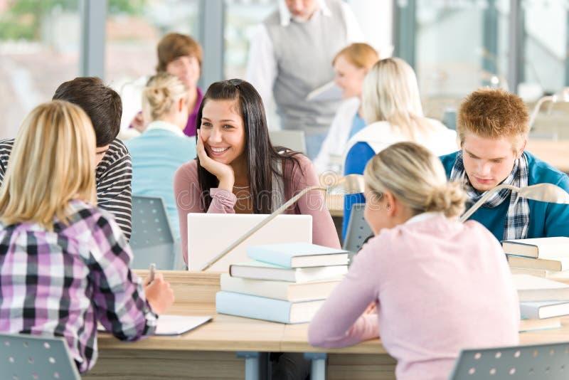 Grupo de estudio de los estudiantes en sala de clase foto de archivo libre de regalías