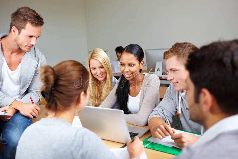 Grupo de estudo na universidade foto de stock