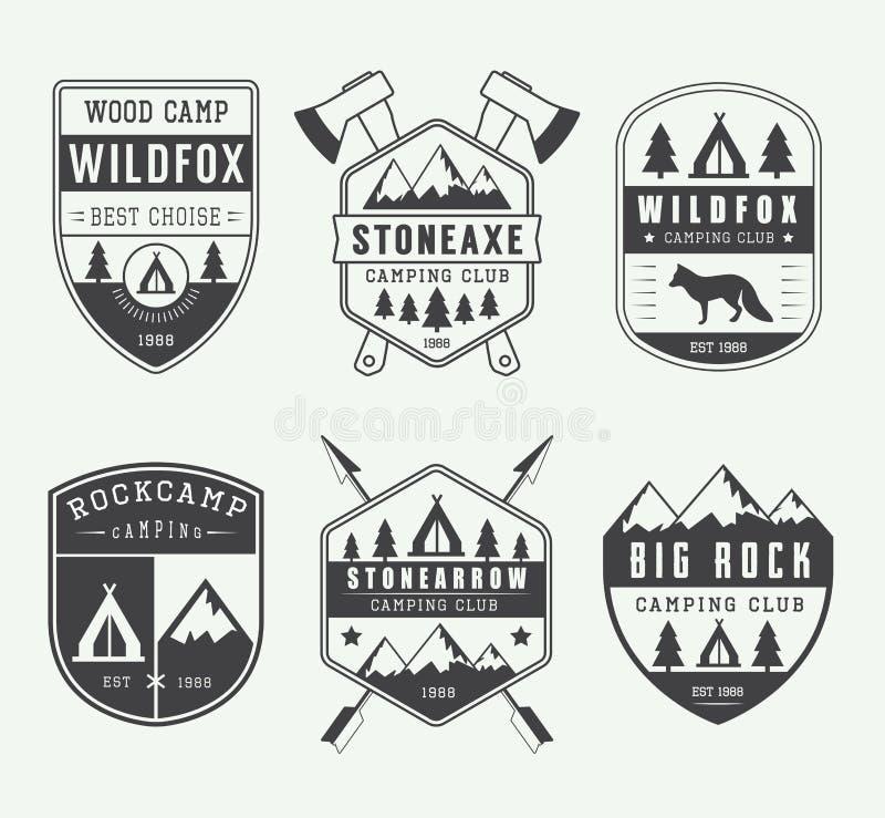 Grupo de etiquetas, de crachás e de logotipos de acampamento do vintage ilustração royalty free