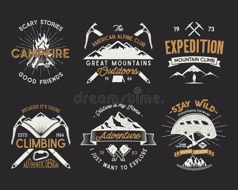 Grupo de etiquetas do alpinismo, emblemas da expedição das montanhas, vintage que caminha logotipos das silhuetas e elementos do  ilustração stock