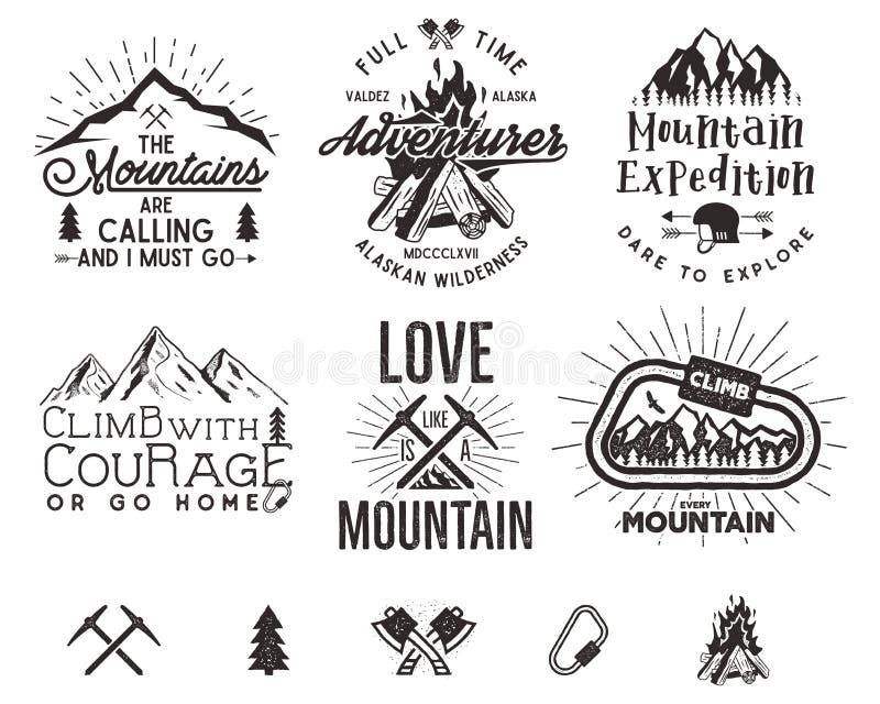 Grupo de etiquetas do alpinismo, emblemas da expedição das montanhas, vintage que caminha logotipos das silhuetas e elementos do  ilustração do vetor