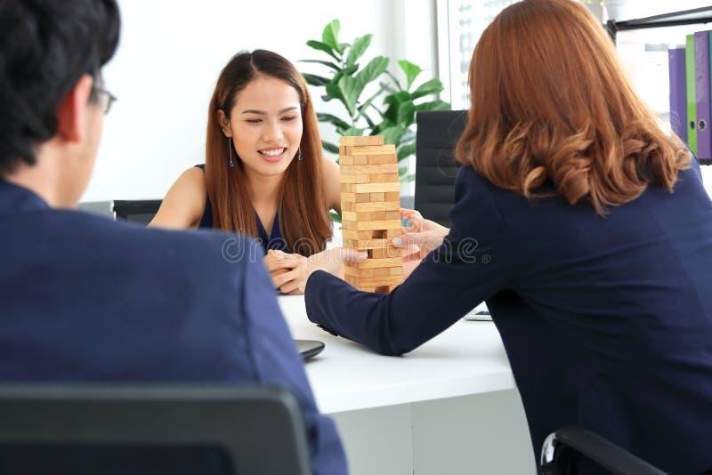 Grupo de executivos asiáticos que têm o divertimento junto no local de trabalho do escritório fotografia de stock royalty free