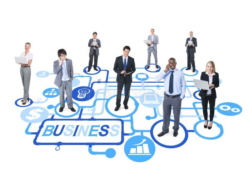 Grupo de executivos conectados que apontam para o crescimento e o sucesso fotos de stock royalty free