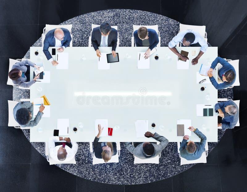Grupo de executivos diversos em uma reunião imagens de stock