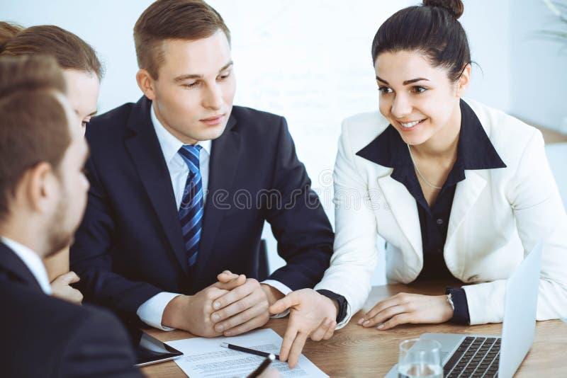 Grupo de executivos e de advogados que discutem pap?is do contrato imagens de stock