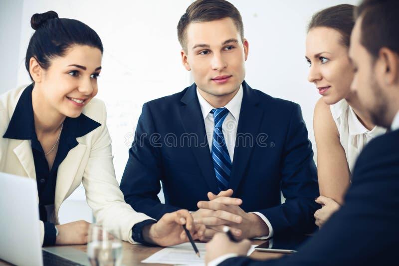 Grupo de executivos e de advogados que discutem pap?is do contrato fotos de stock