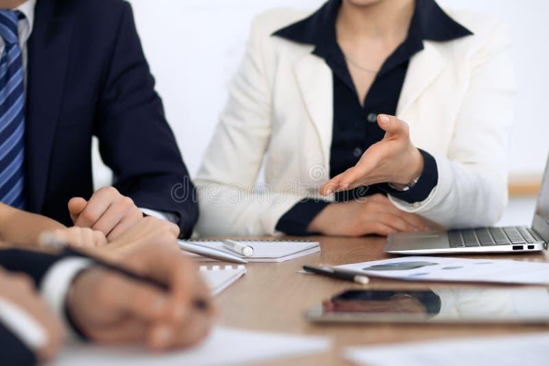 Grupo de executivos e de advogados que discutem papéis do contrato na reunião fotografia de stock royalty free