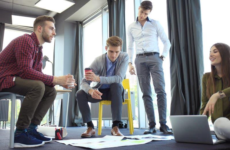 Grupo de executivos e de desenhistas novos Eles que trabalham no projeto novo Conceito Startup fotografia de stock