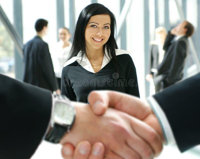 Grupo de executivos em um escritório imagens de stock