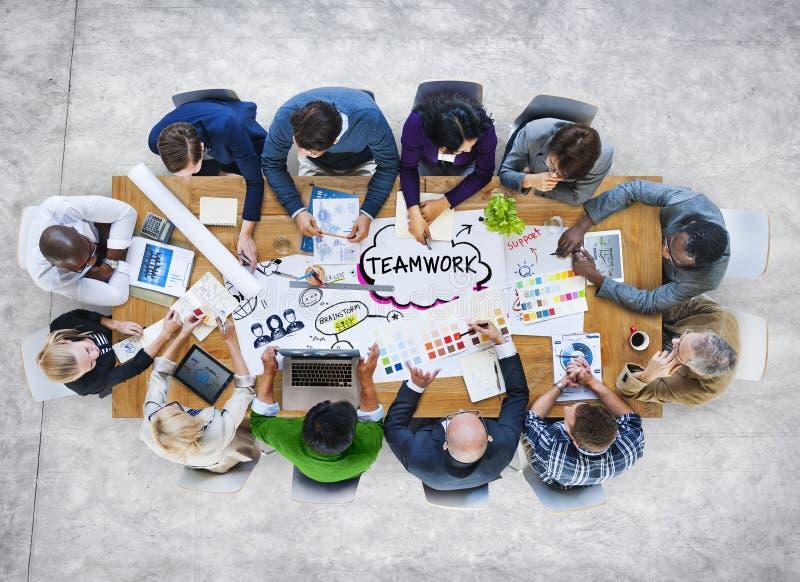 Grupo de executivos multi-étnicos diversos dos trabalhos de equipa fotografia de stock royalty free