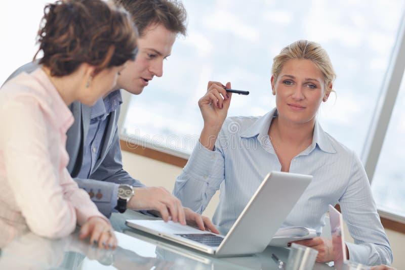 Grupo de executivos na reunião imagem de stock royalty free