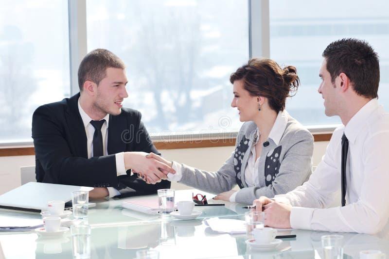 Grupo de executivos na reunião fotografia de stock