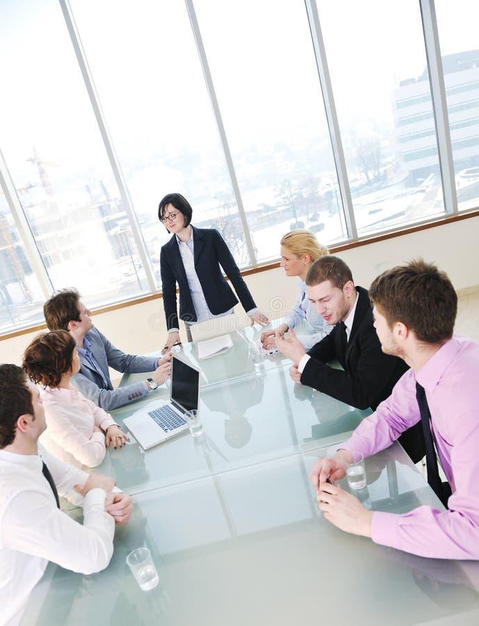 Grupo de executivos na reunião fotos de stock