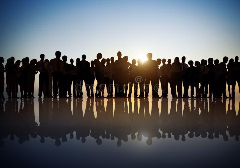 Grupo de executivos no Lit traseiro imagem de stock royalty free