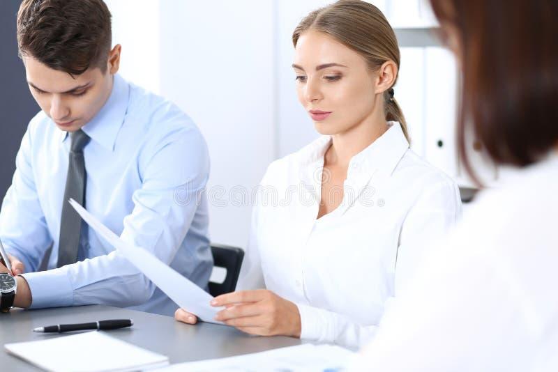 Grupo de executivos ou de advogados que discutem termos da transação no escritório Conceito da reunião e dos trabalhos de equipa fotos de stock royalty free