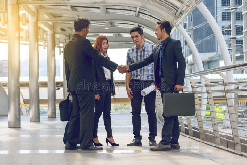 Grupo de executivos que andam na rua imagens de stock