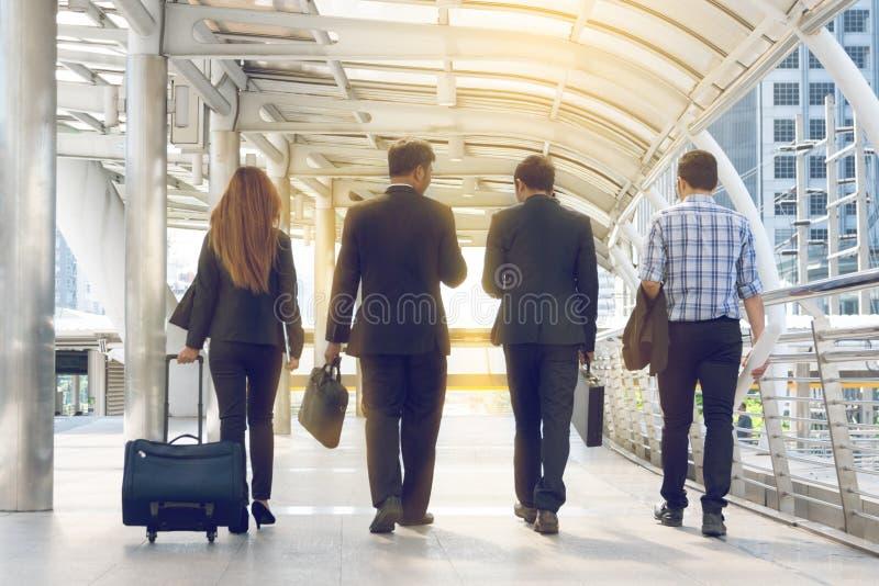 Grupo de executivos que andam na rua imagem de stock royalty free
