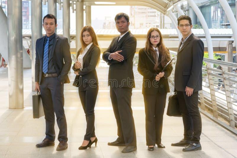 Grupo de executivos que andam na rua fotografia de stock royalty free
