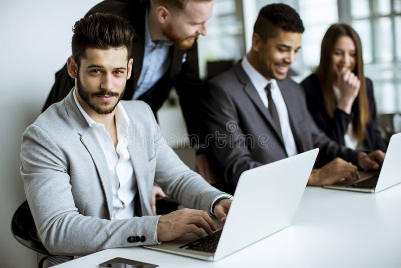 Grupo de executivos que compartilham de suas ideias no escritório fotos de stock