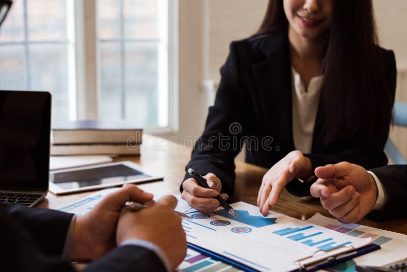 Grupo de executivos que discutem o Co-investimento fotos de stock royalty free