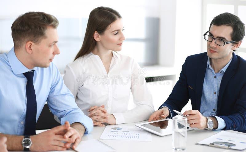 Grupo de executivos que discutem perguntas no encontro no escrit?rio moderno Gerentes na negocia??o ou no clique fotos de stock royalty free