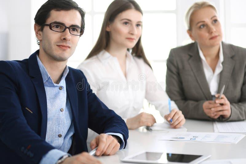 Grupo de executivos que discutem perguntas no encontro no escrit?rio moderno Gerentes na negocia??o ou no clique fotos de stock