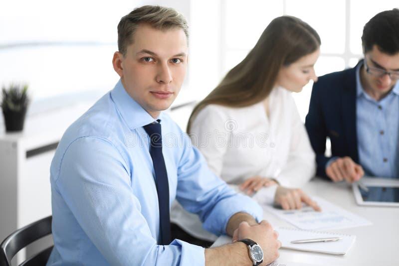 Grupo de executivos que discutem perguntas no encontro no escrit?rio moderno Headshot do homem de neg?cios na negocia??o imagens de stock royalty free