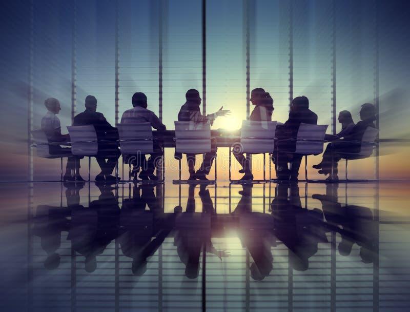 Grupo de executivos que encontram conceitos traseiros do Lit imagem de stock