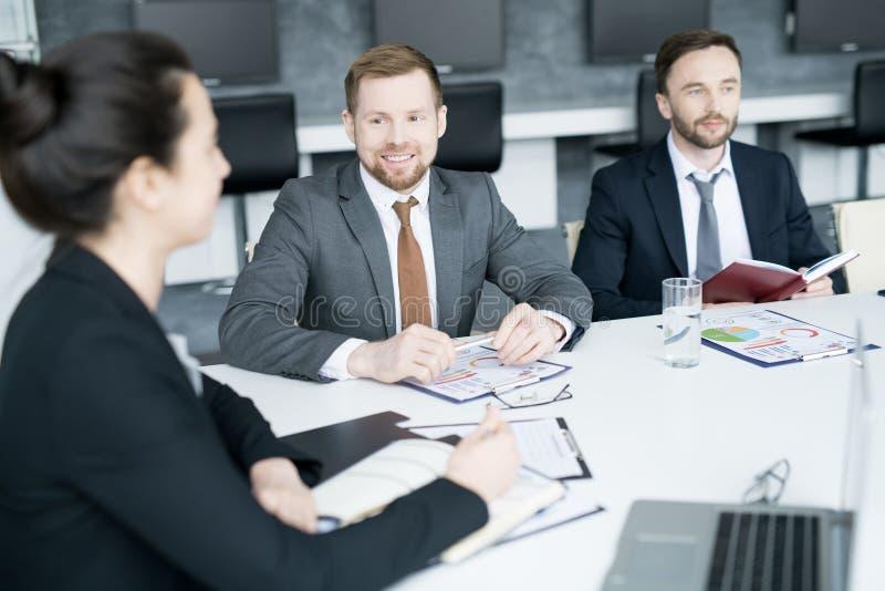 Grupo de executivos que encontram-se na sala de direção imagem de stock royalty free