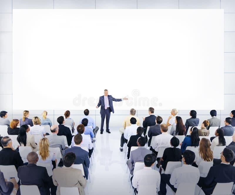 Grupo de executivos que escutam um discurso imagem de stock royalty free