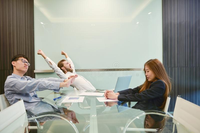 Grupo de executivos que esticam na sala de reunião com p vazio fotos de stock royalty free