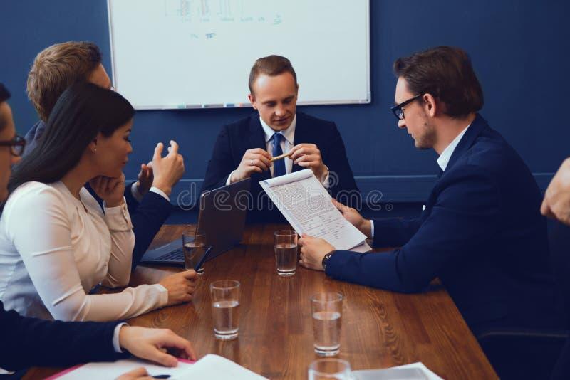 Grupo de executivos que têm a discussão foto de stock