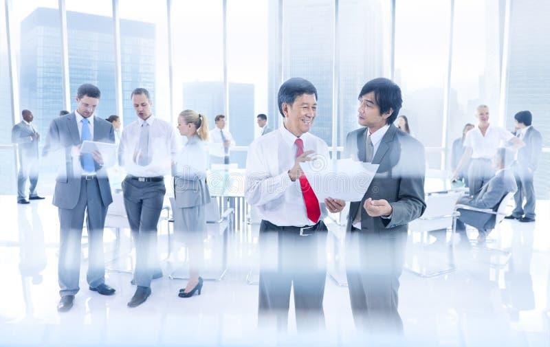 Grupo de executivos que têm a discussão em grupo fotos de stock royalty free