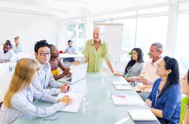 Grupo de executivos que têm uma reunião fotografia de stock