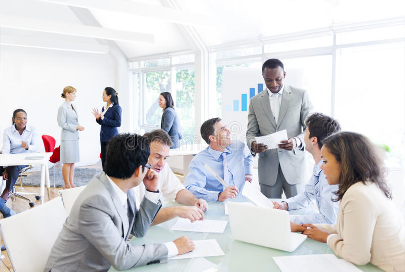 Grupo de executivos que têm uma reunião fotos de stock royalty free