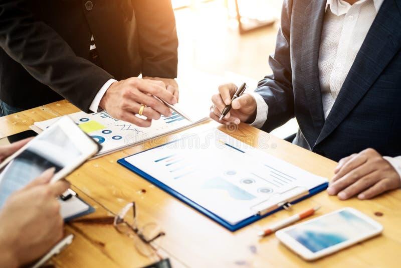 Grupo de executivos que trabalham com gráfico do portátil e da tabuleta e do papel na sala do escritório Conceito de contabilidad fotografia de stock