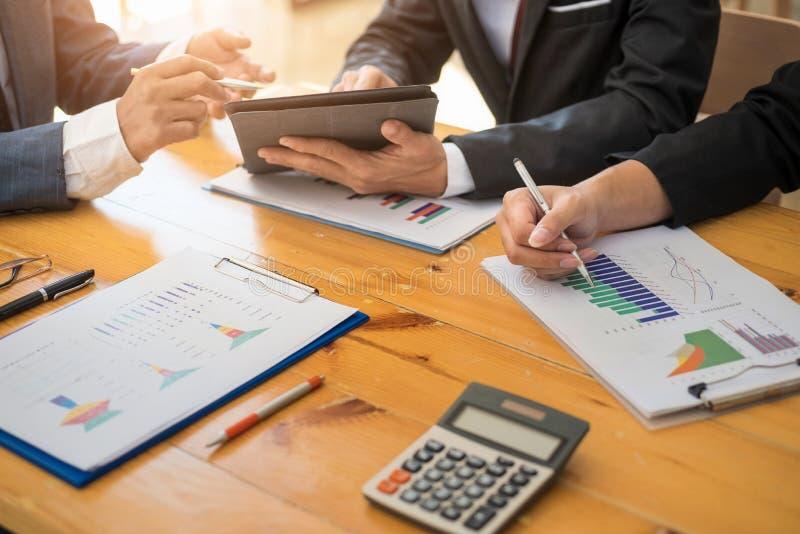 Grupo de executivos que trabalham com gráfico do portátil e da tabuleta e do papel na sala do escritório Conceito de contabilidad imagem de stock royalty free
