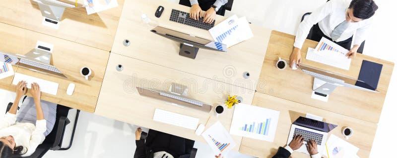 Grupo de executivos que trabalham junto no escritório moderno, m tak imagem de stock