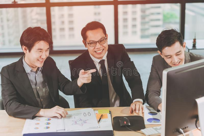 Grupo de executivos que trabalham junto no sorriso feliz da mesa fotos de stock