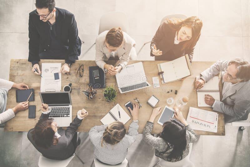 Grupo de executivos que trabalham no escritório imagens de stock royalty free